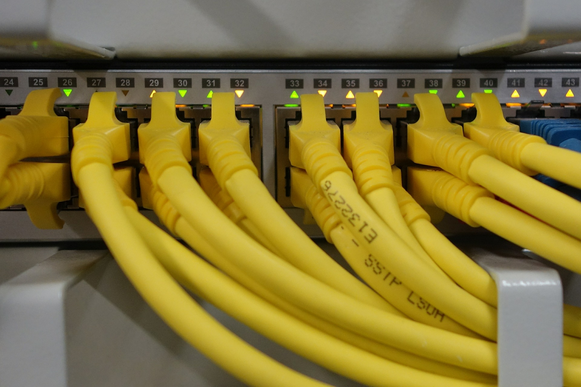 UPS armadio router cavi rack rete internet rj 45